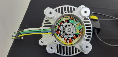 Bezuhlíkový vícepólový elektromotor